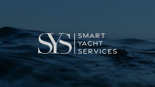 Logotype monogramme Smart Yacht Services sur fond photo d'ondulation de l'océan